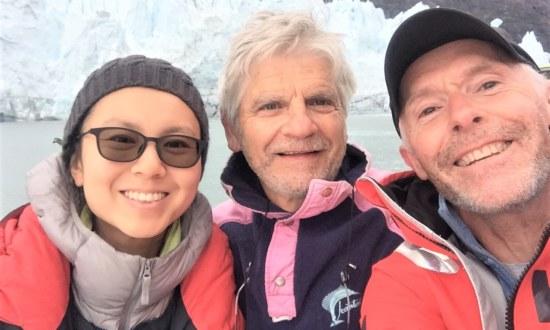 Equipage heureux au pied du glacier